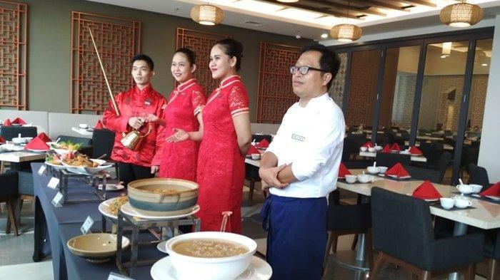 Chef Eko Sutoyo memperlihatkan  beragam menu masakan cina di resto Hotel Harper Palembang hadirkan D'Lotus Restaurant, Selasa (26/03/2019)