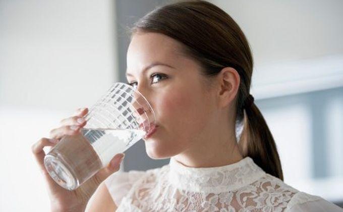 Manfaat Minum Air Putih Hangat Ketika Makan Sahur