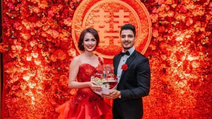 Miss Earth Indonesia 2013 sekaligus presenter Nita Sofiani saat melangsungkan proses lamaran dengan artis asal India, Vin Rana di kawasan Bandung, Jawa Barat, Sabtu (21/11/2015).