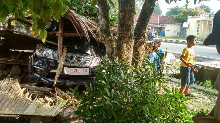 BREAKING NEWS: Mobil Nissan Berplat Profit Isi Satu Keluarga Tabrak Pondok dan Pohon, Sopirnya Tewas