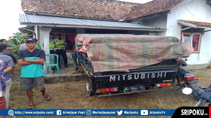 Mobil Pikap TIba-tiba Masuk ke Rumah Warga, Seorang Ibu Tewas dan Anaknya Menjalani Perawatan Medis