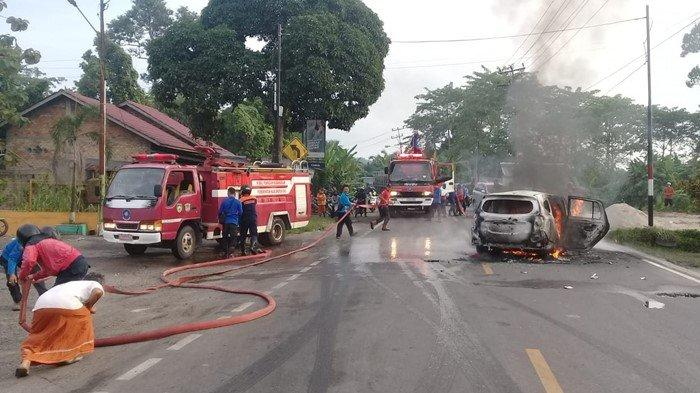 Mobil Pribadi Terbakar Dekat SPBU di Kayuagung, Damkar OKI Langsung Turun Tangan