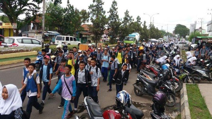 Kesulitan Cari Angkot, Para Pelajar Pulang Beramai-ramai dengan Berjalan Kaki (FOTO)