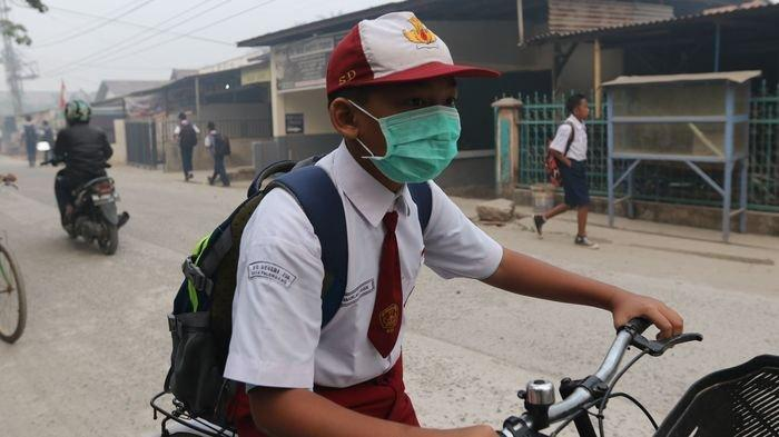 iLUTRASI Seorang siswa saat pergi sekolah. Gambar diambil beberapa waktu lalu.