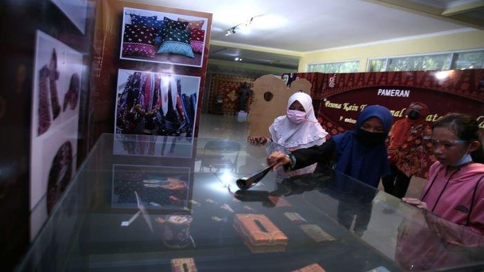 Kunjungan Siswa SMP PGRI 11 Bersama Guru Pendamping Melihat Koleksi Sejarah di Museum Balaputra Dewa
