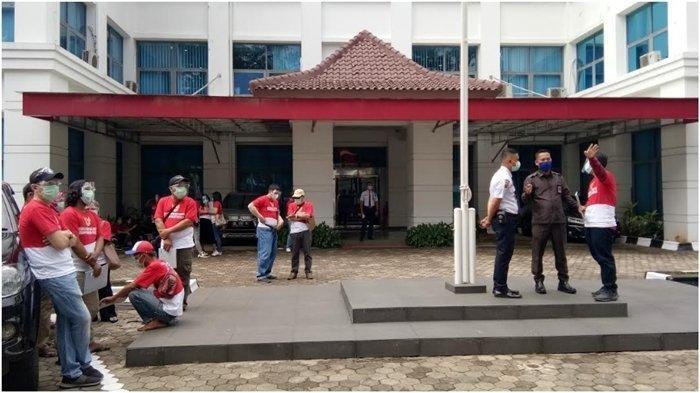 Tuntut Rekening Dibuka, Nasabah WanaArtha Geruduk Kantor OJK Sumbagsel di Palembang