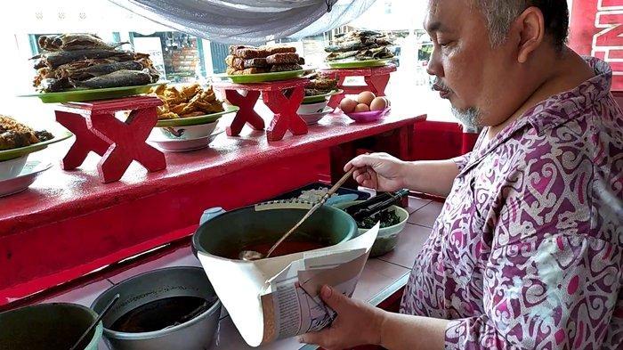 Pak Ujang tetap berjualan Nasi Padang dengan harga yang lebih murah dari sebelumnya semata agar usahanya tetap bisa berjalan.