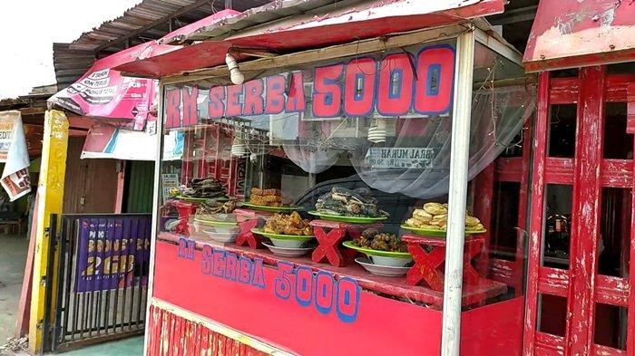 Warung Nasi Padnag milik Pak Ujang yang berlokasi di di Jalan Sultan Moh. Mansyur No. 334, Bukit Lama, Ilir Barat I, Palembang.