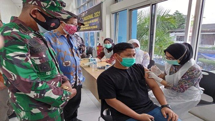 General Manager PT Pelindo II (Persero) Cabang Palembang, Silo Santoso bersama Dandim 0418 Palembang, Kolonel Inf Heny Setyono saat meninjau persiapan vaksinasi pada kegiatan Serbu Vaksin Nasional yang dilakukan di kantor PT Pelabuhan Indonesia II (Persero) Cabang Palembang, Jumat (2/7/2021).