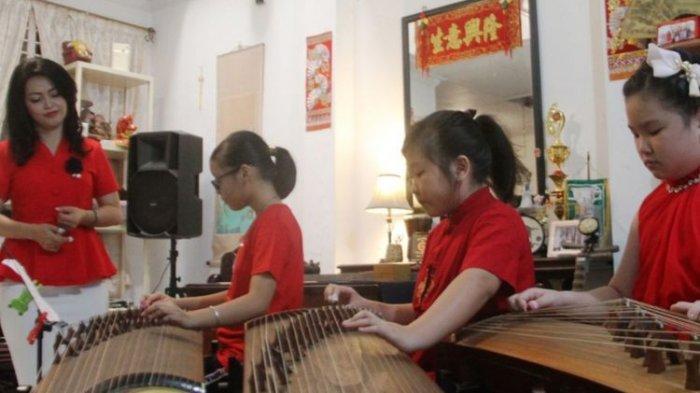 Buah Perjuangan Ngartini Huang Lestarikan Gu Zheng, Kebanjiran Order Saat Imlek Hingga Dikenal Luas