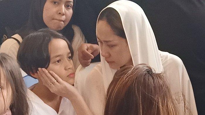 Noah Anak Bunga Citra Lestari Bisikkan Kalimat ke BCL di Depan Makam Ashraf Sinclair: Sabar Mama