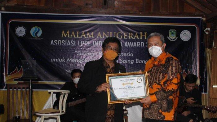 Pemkab OKU Terima PenghargaandariLPPL Indonesia Award 2021