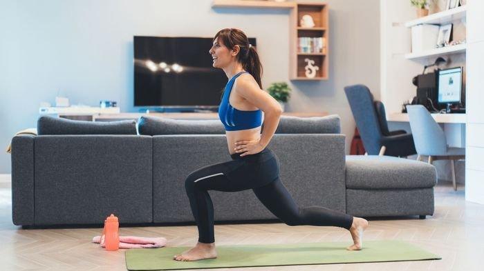 olahraga di rumah1 - 5 Tips Pulihkan Tubuh Setelah Begadang Agar Langsung Fit