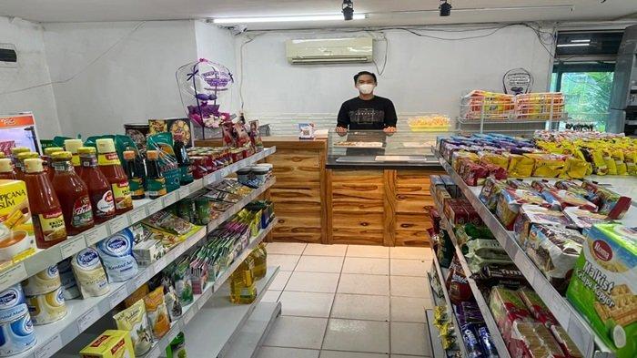 Omi Mart menjual jajanan ala mini market.