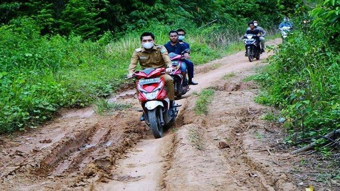 Bupati Muda Anaknya Wakil Gubernur Ini Pinjam Motor Warga, Lihat Jalan Rusak Seperti Kubangan Kerbau