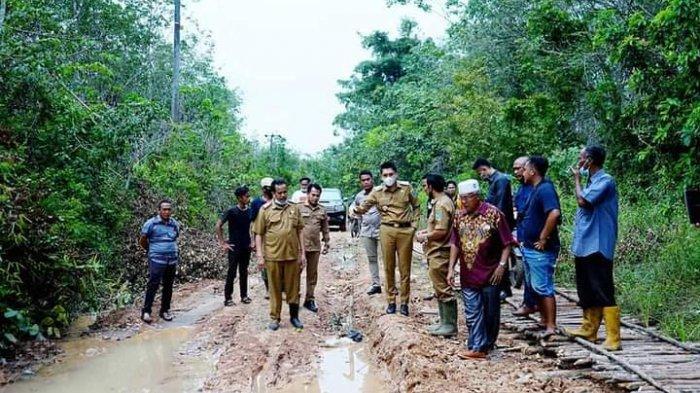 Bupati Ogan Ilir, Panca Wijaya Akbar yang mengecek langsung jalan rusak di Desa Kuang Dalam, Kecamatan Rambang Kuang.