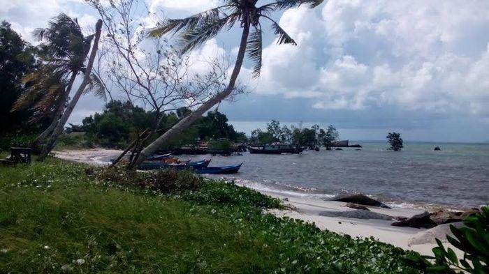 Tertawa Riang di Pantai Tanjung Gudang Sambil Menikmati Penganan Khas Bangka