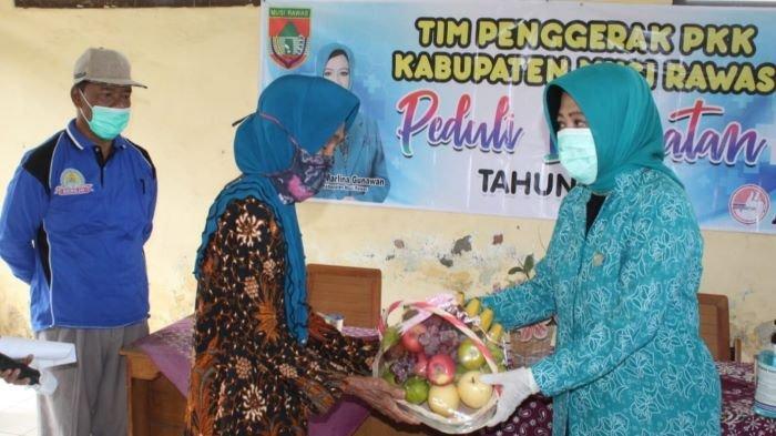 Sambangi Panti Sosial Lansia, Ketua TP-PKK Musirawas Salurkan Bantuan Sembako