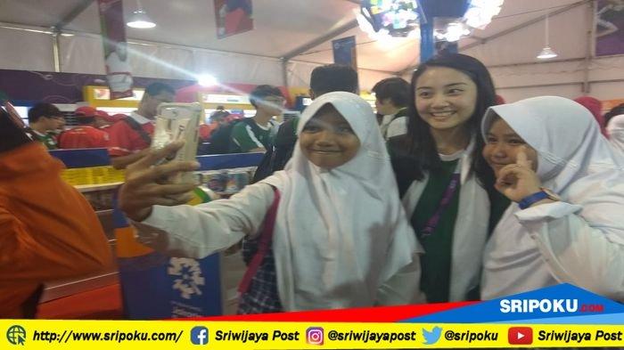 Atlet Asian Games 2018 Asal Macau Jadi Rebutan Foto Anak SMA Asal Indralaya