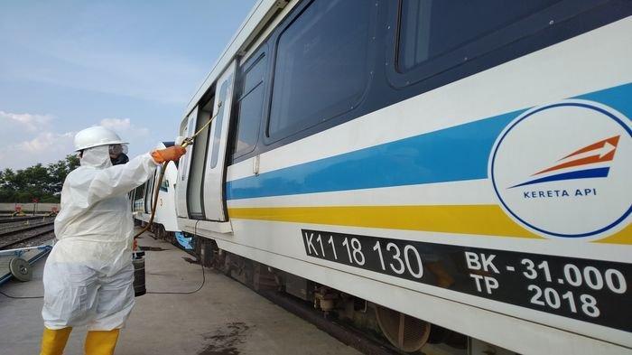 Para petugas melakukan penyemprotan disinfektan (bahan kimia yang digunakan untuk mencegah terjadinya infeksi) pada enam trainset LRT di Depo Jakabaring Palembang,  Selasa (10/3/2020).