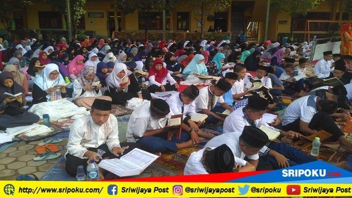 Peringati Maulid Nabi Muhammad SAW, Guru dan Siswa SMPN 10 Palembang Baca Alquran di Halaman Sekolah