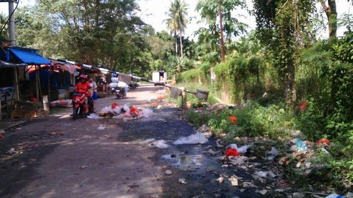 Pagar Rusak Sampah Berserakan di Pasar Ini