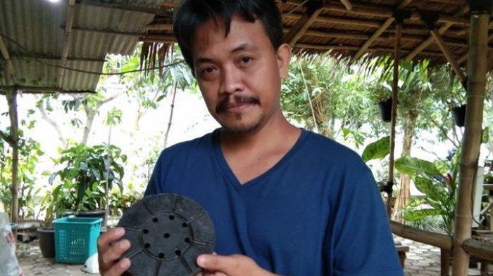 Ditangan Hendro Wibowo, Sampah Plastik Non-ekonomis Dirubah Jadi Paving Blok