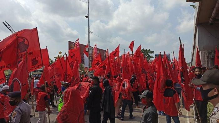 BREAKING NEWS : Usut Pembakaran Bendera, Kader dan Simpatisan PDIP Sumsel Demo di Mapolda Sumsel