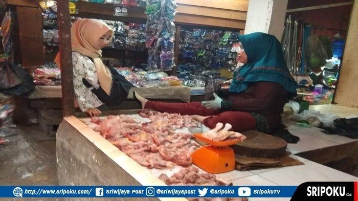 pedagang-daging-ayam-di-pasar-palima-kelurahan-ario-kemuning-kecamatan-kemuning-palembang.jpg