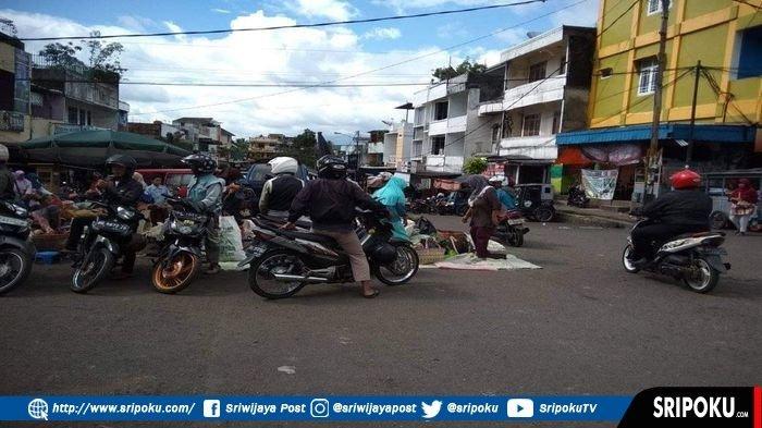 PKL di Pagaralam Nekat Gelar Dagangan di Tengah Jalan Trip Yunus, Warga Keluhkan Jalan Jadi Sempit