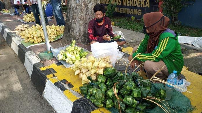Pedagang ketupat yang menjajakan dagangannya di pasar soak bato, Rabu (20/5/2020)