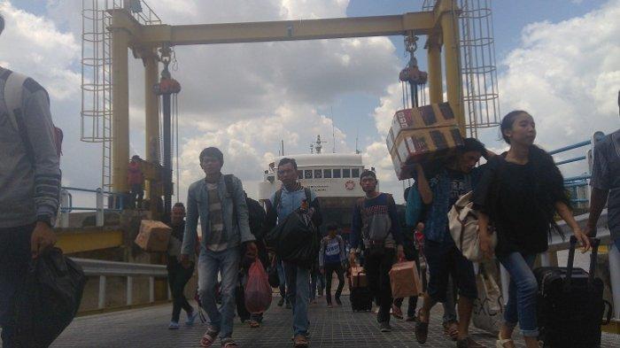 H-6 Lebaran di Pelabuhan TAA Dipenuhi Kendaraan Plat Bangka Masuk ke Palembang