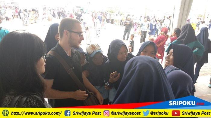 Kehadiran Bule di BKB Palembang Bikin Gagal Fokus Para Pelajar SMP Bina Jaya Palembang