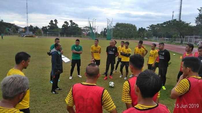 Pelatih Kas Hartadi saat memberikan arahan kepada para pemain Sriwijaya FC dalam latihan Sabtu (15/6/2019)
