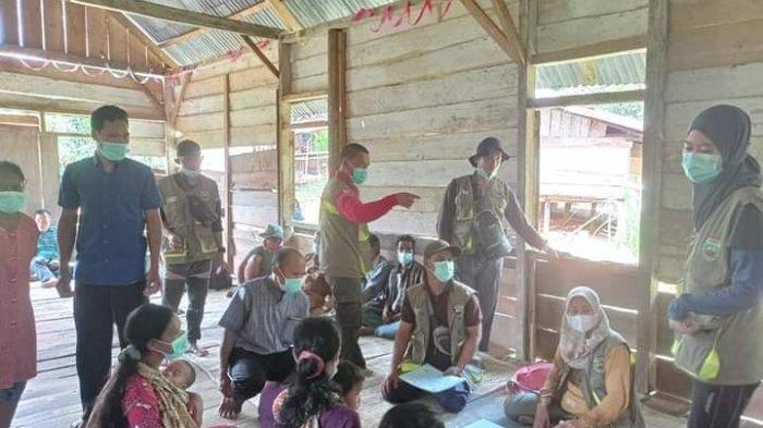 JALAN Kaki Terobos Hutan Belantara, Perjuangan Nakes Cek Kondisi Kesehatan Warga Suku Anak Dalam