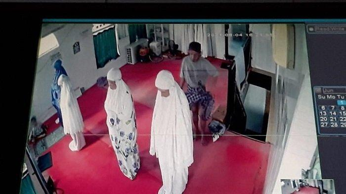 AKSI Mesum Pria di Musala Terekam CCTV, Tempelkan Sesuatu dari Belakang Jemaah Wanita:Kantongi Jimat