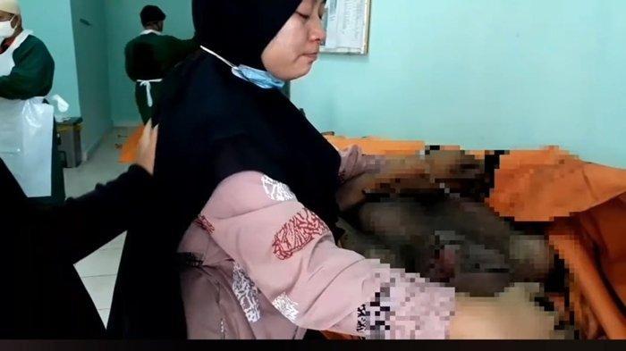 Peluk Jasad Suami, Siti Marli Tak Henti Menangis, Korban Kebakaran di Polaris Jaya: Ayah, Bangunlah