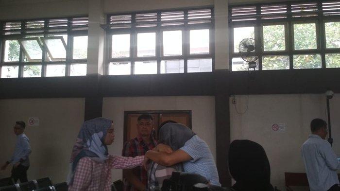 Robi Terdakwa Penyuap Bupati Muaraenim Non Aktif Menangis di Pelukan Istri, Dituntut 3 Tahun Penjara