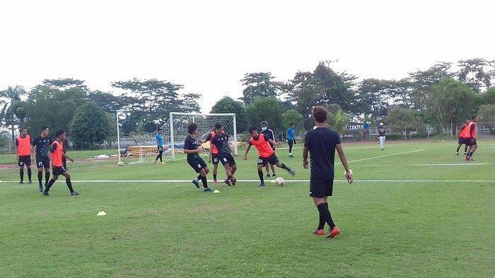 Beberapa pemain lokal Sumsel yang masih magang mengikuti latihan bareng Tim Sriwijaya FC di Lapangan Atletik Luar JSC.