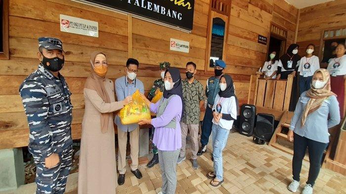 Pembagian Paket Sembako di Rumah Pintar Kampung Bahari Palembang, Ketua DPRD Sumsel Libatkan Diri