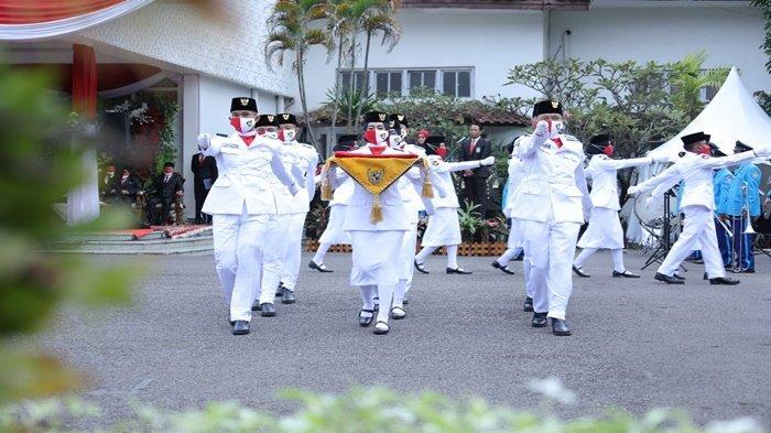 Pembawa baki, usai menerima bendera merah putih dari Walikota Palembang H Harnojoyo, melanjutkan tugasnya bersama Pasukan Pasikbraka untuk mengibarkan bendera merah putih pada Hari Ulang Tahun (HUT) RI ke-76 di rumah dinas Walikota Palembang, Jalan Tasik, hanya dihadiri Forkopimda, Selasa (17/8/2021).