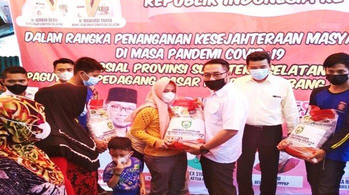 Paguyuban Pedagang Pasar Kuto PalembangTerima506 Paket Beras BantuanGubernur