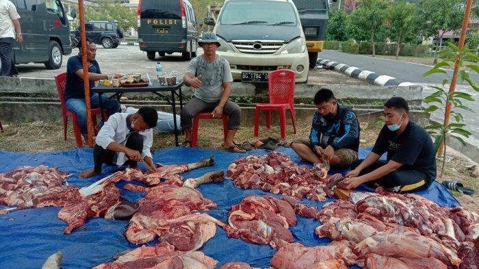 Enam Ekor Hewan Kurban Dipotong di Mapolres OKU, AKBP Arif Hidayat Ritonga Berkurban 1 ekor Sapi