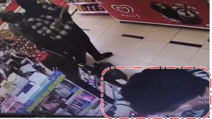 Terekam CCTV Minimarket Jalan Jenderal Sudirman Palembang Pria Baju Garis Putih Hitam Curi Lipstik