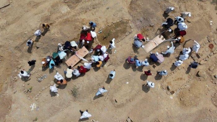 Foto udara suasana pemakaman warga Muslim yang meninggal karena Covid-19 di New Delhi, India.