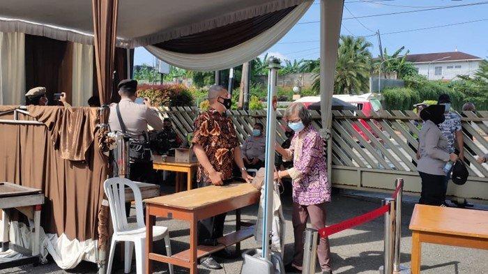 Jemaat Gereja Santo Yoseph Palembang yang baru datang, diminta untuk mengeluarkan satu persatu isi tas yang mereka bawa untuk mencegah kejadian yang tidak diinginkan.