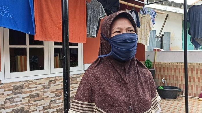 Fitri tetangga Ibradi Oskar (58) dan Atik Fitriani (48) korban tenggelam di perumahan OPI, Lorong Anggrek 1, Blok L Kecamatan Jakabaring Palembang, Rabu (17/2/2021)