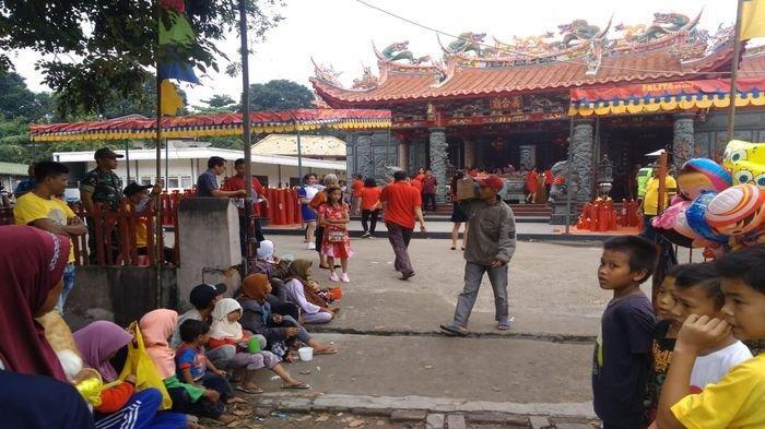 Pengemis Datang Lebih Awal Harapkan Angpao dari Jemaat Vihara. Rezeki di Tahun Baru Imlek