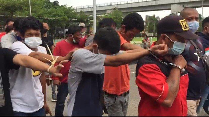 Sejumlah tersangka penggerebekan kampung narkoba di Tanggo buntung diamankan Polrestabes Palembang, Minggu (11/4/2021).