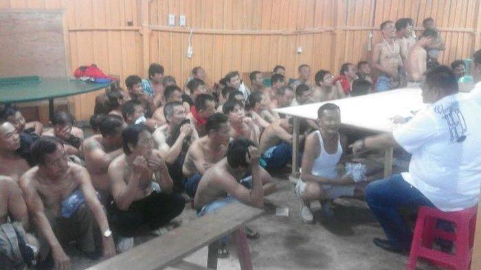 Direskrimum Polda Sumsel Gerebek Arena Judi Talang Buruk, 91 Penjudi Diamankan - penjudi-pria_20170703_220149.jpg